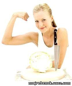 Главный салат японской диеты: нарежьте красивыми длинными полосками сырую или слегка отваренную белокочанную или пекинскую капусту, добавьте в салатницу немного оливкового или кунжутного масла, перемешайте